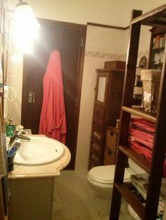Casa de banho com armário de madeira fechado.