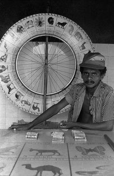 Nair Benedicto (1940) - Seu trabalho sempre foi baseado nos temas sociais e políticos. Influência do período estudantil, nos anos 70, quando estudava na USP e foi presa pela ditadura. Foto: Barraca de jogo em Itaituba, Pará – 1989.