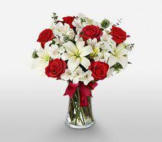 Cam vazo içerisinde lilyum ve kırmızı güller. Kırmızı gül büyük aşkın, lilyum zarafet ve güvenin simgesidir. En az aşkınız kadar güzel olan bu vazo, lilyum ve güllerin büyülü dansından oluşuyor. Her şeyin en güzelini hak eden biricik sevgiliniz, bu göz alıcı aranjmanın cazibesine kapılacak. Sevgiliye çiçeklerinden Mutlu Kalpler Kırmızı Kalp Vazoda Lilyum ve Güller sevdiklerinize göndermeniz için size özel çiçekler ile donattık.