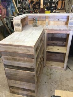 #Business, #PalletCounter, #PalletSalesCounter, #RecyclingWoodPallets, #Shop If you're opening a new business, save some money and make your own Pallet Sales Counter! This brilliant idea could be adapted in a number of ways to suit your company's needs. Pallet Sales Counter: This is a combination of pallet wood and some
