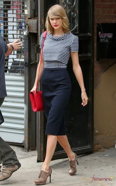 Taylor Swift is embracing her move to New York with chic style. Taylor Swift New York Fashion. Retro Mode, Vintage Mode, Street Style Looks, Looks Style, My Style, Shorts Longs, Estilo Preppy, Taylor Swift Style, Taylor Swift Casual