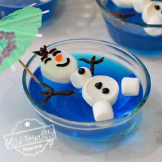 Olaf Floating in a Pool of Jello {A Frozen Themed Food Idea} Make this Olaf floating in a pool of blue jello for your next Frozen Themed Birthday Party. It's so easy to make and adorable. Kids will love it. Christmas Snacks, Christmas Goodies, Christmas Baking, Holiday Treats, Christmas Breakfast, Christmas Games, Party Treats, Frozen Themed Food, Frozen Themed Birthday Party