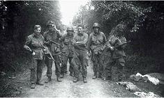 Miembros de la Cía. Easy, 3 Sección, en un camino que conduce a Carentan,1944