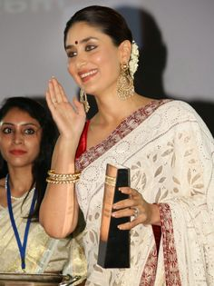 Kareena Kapoor @Indian of the year awards in Red Blouse White Saree