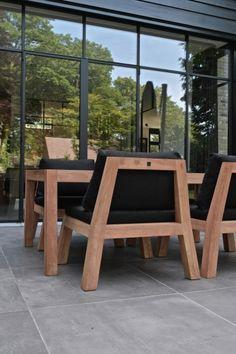 Low Dining is één van de laatste trends voor in de tuin. Een lage tuintafel met comfortabele bijpassende fauteuils waar je zowel aan kan eten als heerlijk loungen. Dit geeft een hele nieuwe dimensie aan het buitenleven. Verkrijgbaar bij Royal Design Nunspeet.