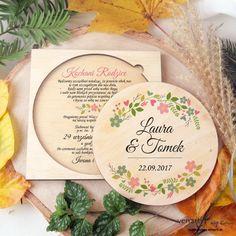 Drewniane zaproszenie ślubnedziców kwiatowy wianek (Kod: DZ100) Zaproszenia drewniane Zaproszenia ślubne -Venarti - Sklep ślubny Słupsk Guestbook, Fruit, Tableware, Handmade, Dinnerware, Hand Made, Tablewares, Craft, Place Settings