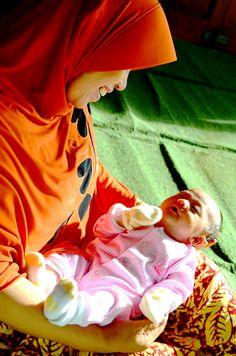 Sebelum gunting rambut, bayi Sea dijemur mamah Lampung.. Tampak saat berjemur keduanya menjalin komunikasi..