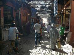 Verhalen over de dwaaltochten door de #souks van #marrakech lees je op http://www.myworldisyours.nl/places/marralech ...Als we het dan maar opgeven en weglopen door de smalle straatjes van de souks, worden we ineens door de verkoper aan ons arm getrokken om mee terug te komen naar zijn winkel. #Marokko #Morocco #Maroc #souk #Djeemaelfna