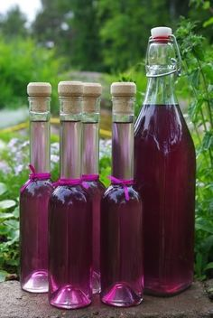 Lilac Lemonade ~ If someone could translate I would love it! Non Alcoholic Drinks, Beverages, Cocktails, Yummy Drinks, Healthy Drinks, Chutney, Little Lunch, Homemade Wine, Flower Food