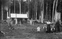 Irish Pioneer settlers and their family's, played a big part in early Australian history. (Photo undated) v Australian Bush, Australian Shepherd, Australian Houses, Australian Architecture, Blue Merle, Old Pictures, Old Photos, Vintage Photos, Vintage Photographs