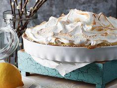 Närbild på citrontårta med maräng i en vit ugnsform. Står på ett påskdukat bord. Creme Fraiche, Dessert Recipes, Desserts, Camembert Cheese, Broccoli, Tart, Brunch, Lemon, Food And Drink
