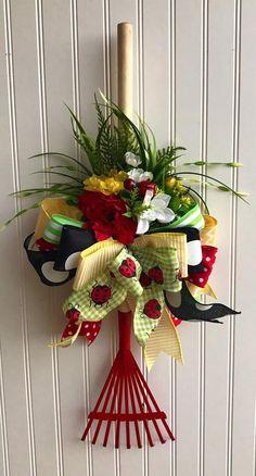 Items similar to Summer wreath ,garden wreath ,rake wreath ,garden lover wreath on Etsy – Haus & Garten Wreath Crafts, Diy Wreath, Easter Wreaths, Holiday Wreaths, Deco Mesh Wreaths, Door Wreaths, Summer Crafts, Diy And Crafts, Garden Crafts