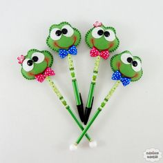 Lápis ou caneta com ponteira decorado com um sapinho ou sapinha feitos em feltro bordado à mão.