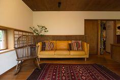障子の窓を設けたコーナー。CIBONEのソファー、ERCOLのロッキングチェアが、不思議とマッチする。 Japan Room, Modern Japanese Architecture, Japanese House, Interior Design Inspiration, House Design, Couch, Living Room, Furniture, Home Decor