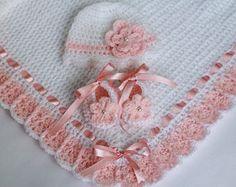 Crochet bebé manta, gorro y botines blanco y salmón rosado, bautizo bebé muchacha bebé ducha regalo cinta de raso flor y perla