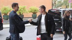 Shakehands zwischen DFB-Manager Oliver Bierhoff (l.) und Toni Kroos (im Hintergrund Kroos-Frau Jessica)