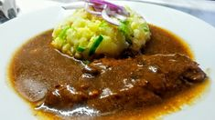 Přírodní vepřový plátek se šťouchanými brambory Barvu pokrmu zvýraznilo hodně cibule do tmava.... 1 lžička bramborový škrob  500 g v... Pork, Food And Drink, Beef, Essen, Recipies, Kale Stir Fry, Meat, Pork Chops, Steak