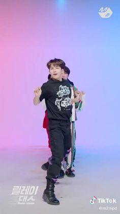 credits go the owner of the video #seventeen #leftandright Pledis Seventeen, Seventeen Going Seventeen, Joshua Seventeen, Seventeen Memes, Seventeen Album, Seventeen Scoups, Jeonghan Seventeen, Vernon, Seventeen Wallpapers