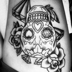 Sugar skull thigh tattoo with only hearts in the eyes.