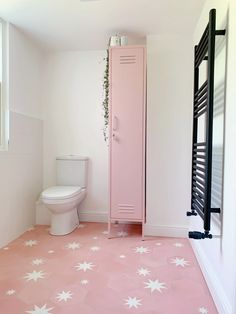Bathrooms Another shot from the beautiful ZOE PEARSON bathroom. We love the funky bathroom floor til Pink Bathroom Tiles, Funky Bathroom, Pink Tiles, Girl Bathroom Ideas, Black Bathrooms, Bathroom Inspo, Modern Bathroom, Living Room Flooring, Bathroom Flooring