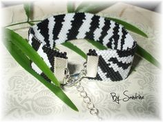 Bracelet en perles japonnaises noires et blanches tissées. Motif zèbre