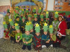 Si agrazo de árbol de Navidad con bolsa de basura verde y gorro muy chulo.  |  http://www.multipapel.com/subfamilia-bolsas-disfraces-educacion-infantil-pequenas.htm
