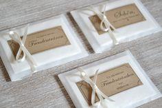 **Die Gestaltung**:   In einem Tütchen verpackt ist ein Taschentuch in Pocketformat für die Freudentränen eurer lieben Gäste.  Das Kärtchen aus Kraftpapier wird mit eurem Wünschtext...