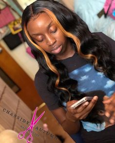 Best Ways to DYE Your Synthetic and premium fiber Wigs. Using Clothing dye, sharpie permanent marker, etc to get your blonde 613 wigs to be colored and ready to style with directions Quick Weave Hairstyles, Sew In Hairstyles, Black Girls Hairstyles, Braided Hairstyles, Hairdos, Blonde Streaks, Birthday Hair, 17th Birthday, Hair Laid