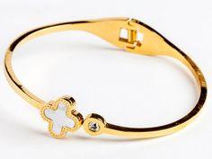 #Pulsera de #Acero bañado en #oro con detalle de #circonita y #trébol de la #buenasuerte realizado en #nácar. #Joyas #Steel #Bracelet #Jewelry #Fashion #style #elegance #thebestgift #jewels #gold #iloveit #Qillqa