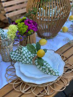 Garden Tea Party. Al fresco decor. Al fresco tablescape Summer Party Themes, Summer Parties, Party Ideas, Summer Table Decorations, Al Fresco Dinner, Tea Party Table, Sweet Lady, Brewing Tea, Iced Tea