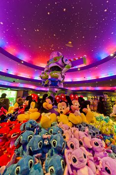 I Love the shops in Disneyland Paris... They have such a great atmosphere. Always bring a great feeling of nostalgia