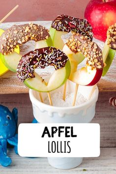 Apfel Lollis selber machen Kindergeburtstag, Schokolade mit Obst, Obst mit Schok… Apple Lollis make children's birthday, chocolate with fruit, fruit Snacks Saludables, Good Food, Yummy Food, Party Buffet, Snacks Für Party, Cute Snacks, Food Humor, Health Desserts, Kids Meals