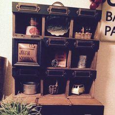 主にセリアの商品を使って作りました( ˊᵕˋ* ) 100均のミニチュアなど可愛くてつい買ってしまうんですよね〜 飾る場所がなくてしまったままのものだったりもあったので 思いっきり飾れる雑貨のアパートを 作ってみました♡