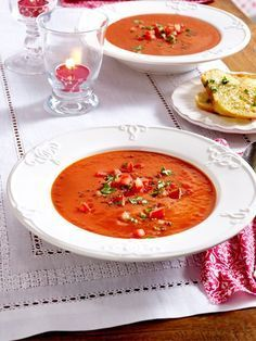 Setze schnell einen großen Topf auf und würze gerne etwas schärfer- damit wir… Quickly put on a large pot and season a little bit sharper, so that your soup becomes an effective fat burner! Detox Recipes, Clean Recipes, Soup Recipes, Healthy Recipes, Carb Detox, Smoothie Vert, Fat Burning Soup, Clean Eating, Healthy Eating