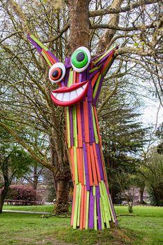 16 Awesome Ideas for DIY Christmas Decorations Art and Craft Festival D'art, Art Et Nature, Street Art, Art Diy, Homemade Art, Graffiti Murals, Art Sculpture, Yarn Bombing, Outdoor Art