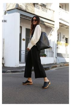 The Clogs girl of the day: Photo #platform #clogs #outfit #street #styles Clogs Outfit, Birkenstock Outfit, Clogs Shoes, Street Style Shoes, Fall Capsule Wardrobe, Boho Look, Mode Style, Latest Fashion Clothes, Casual Wear