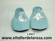 Patucos de bebé fabricados artesanalmente en auténtica piel de las mejores calidades. Bonito modelo confeccionado en serraje afelpado disponible en dos colores, azul y rosa. http://www.eltallerdelarosa.com/patucos-de-bebe/4-patucos-de-bebe-luna-azul.html