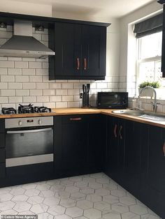 DIY fan transforms kitchen with tiles and a pot of paint from B&Q - Daily Star Modern Farmhouse Kitchens, Black Kitchens, Home Kitchens, Home Decor Kitchen, Diy Kitchen, Kitchen Interior, Gold Kitchen, Black Kitchen Cabinets, Kitchen Units