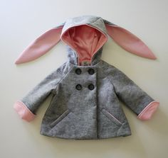 Demande spéciale, notre manteau original de Honey Bunny en gris doux en feutre ! Les caractéristiques de style propre, classique à revers manches qui roulent pour porter plus longtemps et les oreilles de lapin long plus beaux quon puisse imaginer. Poches passepoilées doublés en rose chaud une patte petit réfrigérée. De style avec une longueur plus courte pour montrer au loin les jupes et robes, peut-être la chose la plus jolie jamais sur une paire de jeans et un tee-shirt !    Entièrement…