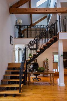 Escalera interior en madera y hierro, práctica y moderna.