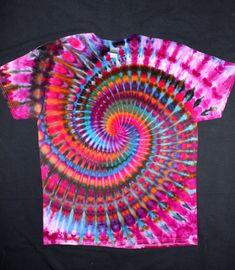 Tie Dye Shirts, Dye T Shirt, Shibori, Tie Dye Tutorial, Tie Dye Crafts, Clothing Boutiques, How To Tie Dye, Happy Hippie, Beautiful Moon