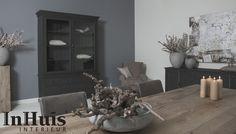 Een stoere landelijke woonkamer. De kast die u ziet is in meerdere kleuren/afmetingen verkrijgbaar. Voor meer informatie over de meubels neem dan contact met ons op via info@inhuisinterieur.nl of neem een kijkje op onze website.    #landelijke #stoer #donker #grijs #hout #wood #kast #interieur #interiors #kaarsen #white #grey #dark #art #maatwerk