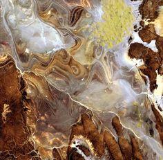 """Schlieren aus Sand und Fels: Am 24. Juni 2009 hat der japanische Satellit """"ALOS"""" (Advanced Land Observing Satellite) diese Aufnahme von der Tanezrouft gemacht."""