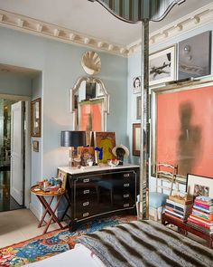In celebration of their new collaboration with interior designer Miles Redd, Ballard Designs has published a home tour of the decorator's New York townhouse and I though you'd like to see. Top Interior Designers, Best Interior Design, Interior Design Inspiration, Home Design, New York Townhouse, Cozy Corner, Elle Decor, House Tours, Contemporary Design
