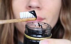 Denti ingialliti addio. Ecco come farli tornare davvero bianchi