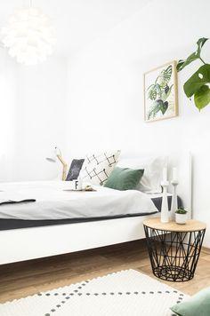 Prise grün im Schlafzimmer | Foto von Mitgleid fein_und_fabelhaft #SoLebIch #schlafzimmer #bedroom #greenery #monstera