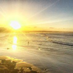 Apreciando o pôr do sol após @marcaopeixoto se acabar nas altas ondas de Snapper Rocks. Lindo de ver! 2000 cabeças na água e um espetáculo de surf  #rainbowbeach #snapperrocks #goldcoast #australia #pôrdosol #paradise #quelugaréesse #australiancoast #gobycamper by sandrinegasques