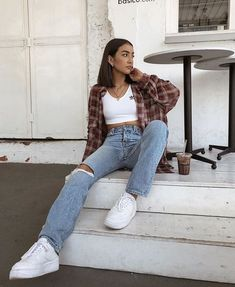 30 looks for you to wear with your Nike Air Force - Guita Moda - Summer Outfits Hijab Casual, Cute Casual Outfits, Retro Outfits, Outfits With Mom Jeans, Cute Vintage Outfits, Cool Girl Outfits, Skater Girl Outfits, Trendy Fall Outfits, Cute Outfits With Flannels