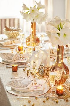 Some of Elle Decor's favorite design experts share their best Easter table decor tips to impress guests, whether you're hosting an elegant dinner or a laid-back brunch. #easter #decor #table #dinner #brunch #tabledecorations #inspiration #elledecor