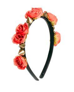 Estilo real: las coronas que te convertirán en la reina más chic Diadema de flores con remaches de picos, ASOS.  http://www.glamour.mx/moda/articulos/coronas-florales-joyas-accesorios-cabello/1550